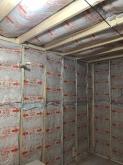 浮き床に下地を組み防音室側の壁と天井をつくっていきます。