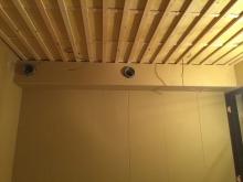 遮音補強が終わり、吸音天井に仕上げています。 梁型で吸排気ダクトボックスも設けています。