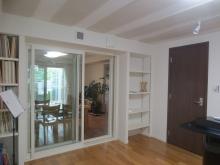 リビング側には樹脂サッシで連動した空間に。 お教室に使用されるので廊下側には木製防音ドアを設置しています。