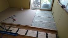 躯体の遮音補強です。 浮き床の下地を組んでいます。