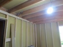 防音室側の下地を組んでいます。 躯体に触れないお部屋をつくっていきます。