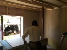 躯体に触れないよう下地を組み防音室側の壁と天井をつくっています。