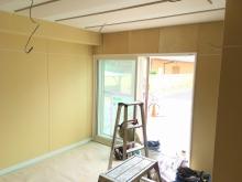 木工事が完了しました。 天井は吸音天井に仕上げています。 クロス施工前に音テストを行います。
