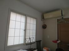 改修前のお部屋です。既設腰窓はもともと2重窓なので、今回は内側に樹脂サッシを1層設置します。