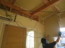 解体工事後に躯体の遮音補強をしています。
