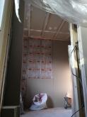 防音室側の壁と天井を躯体に触れないようにつくっています。