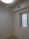 クロス施工完了です。 既設腰窓の内側に樹脂サッシを設置しています。