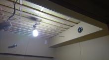 防音室の壁と天井ができ上りました。 天井は吸音天井に仕上げています。