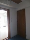 クロス施工完了です。 収納前にも木製防音ドアを設置しています。