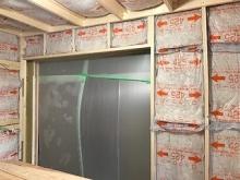 出入口は開口部を増やし樹脂サッシを設置します。 浮き床の上に下地を組み、防音室側の壁と天井をつくっていきます。