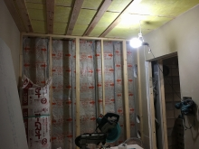遮音補強が終わり天井を吸音天井に仕上げています。 入り口側には吸排気ダクト室をつくっています。