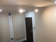 クロス施工完了です。 壁にも弊社オリジナルの吸音パネルを設置しています。