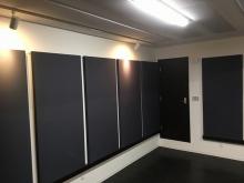 バンド室はデットな空間に仕上げるため、天井と壁には吸音パネルを設置しています。 床もタイルカーペットで仕上げています。