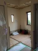 リフォーム業者さんに解体作業を行ってもらいました。扉のない和室です。洋室に変身します!