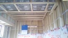 躯体補強後に防音室側の下地を組んでいきます。 空気層には断熱材を詰めます。
