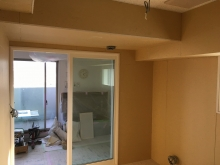 木工事完了です。 リビング側は樹脂サッシの掃き出し窓を2重で設置しています。