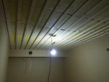 天井に梁型で吸排気ダクトボックスを設置しています。 天井は吸音天井に仕上げます。