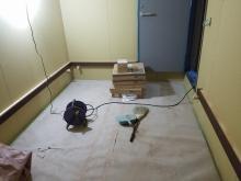 バンド室の場合よりデットな空間に仕上げるため壁にも吸音パネルを設置します。 パネルを置く腰見切りをつくりました。 弊社の木工事が完了しました。