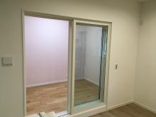 樹脂サッシの掃き出し窓で開放的な空間に仕上げています。