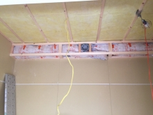 防音室は気密性の高いお部屋なので吸排気は必須です。 天井に梁型で吸排気ダクトボックスを設けます。