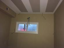 木工事完了です。腰窓も開口部を減らし内側に樹脂サッシを2重で設置しています。