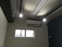 クロス施工完了です。 天井は吸音天井に仕上げています。 吸排気ダクトボックスを天井に梁型で設けています。
