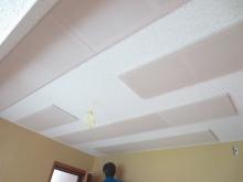 吸音天井です。 弊社オリジナルの吸音パネルを設置しています。