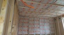 浮き床の上に下地を組み防音室側の壁と天井をつくっていきます。