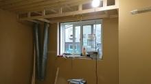躯体に触れないお部屋を内側につくります。 防音室の特徴である2重構造です。