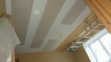 吸排気ダクトボックスを天井につくっています。