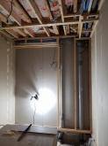 コンクリートが乾いたあとに木工事が始まりました。躯体の遮音補強をしていきます。