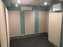 天井、壁に吸音パネルを設置してデットな空間に仕上げています。