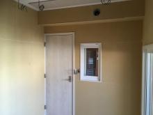 入り口には木製防音ドアと中の様子が確認できるようにFIX窓を設置しています。