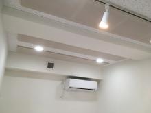 吸音天井は弊社オリジナルの吸音パネルで音の響きを調整しています。