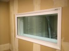 スタジオとコントロール室の間にはFIX窓を3重で設置しています。