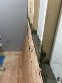 壁にモルタルを詰めています。