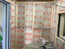 防音室側の下地を組んで断熱材を詰めています。