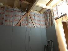 コンクリートが乾き、弊社の木工事が始まりました。 躯体の遮音補強をしています。