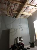 石膏ボードを張り重ねていきます。 天井も同様に遮音補強です。
