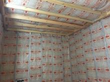 防音室側の下地を組み、空気層に断熱材をつめています。 防音室の特徴である2重構造です。