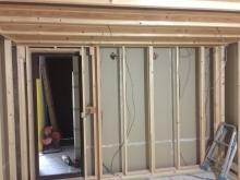 躯体の補強後に防音室側の下地を組んでいます。