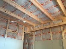 下地を組み防音室側の天井と壁をつくっていきます。