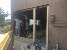 解体作業を行い、新規玄関外壁下地を組んでいます。