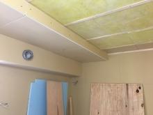 防音室ができあがってきました。 天井に梁型で吸排気ダクトボックスを設置しています。