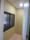 天井にはオリジナルの吸音パネルを設置しています。