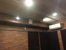 天井と壁に吸音パネルを設置してデットな空間をつくります。