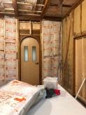 コンクリートが乾いた後、躯体の遮音補強を始めました。