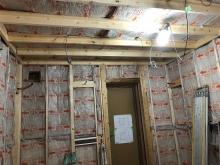 下地を躯体に触れないように組み、防音室側の壁と天井をつくっていきます。