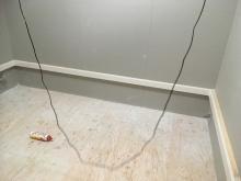 壁には腰見切りを設置しています。 クロス後に吸音パネルを設置します。