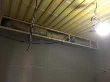 天井には梁型で吸排気ダクトボックスをつくります。また、吸音天井に仕上げていきます。